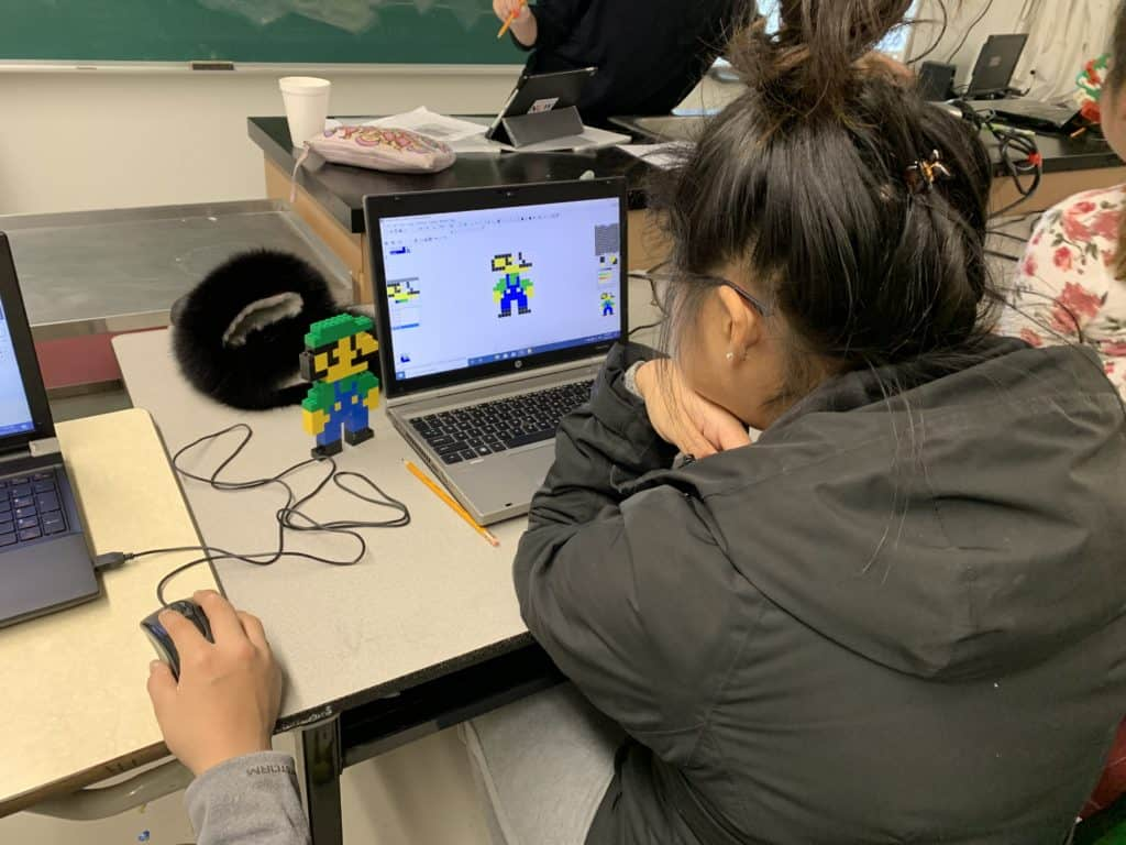 girl making Luigi on graphicsgale